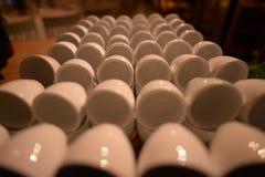 Primo piano delle tazze di caffè sistemate immagine stock libera da diritti