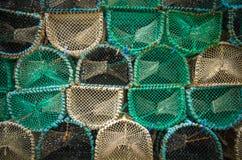 Primo piano delle trappole da pesca impilate della gabbia Fotografie Stock