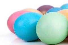 Primo piano delle uova di Pasqua su bianco Immagini Stock