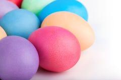 Primo piano delle uova di Pasqua su bianco Immagine Stock