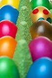 Primo piano delle uova di Pasqua Variopinte in scatola delle uova Immagine Stock
