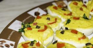 Primo piano delle uova farcite Garnished fotografia stock