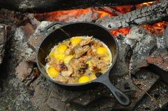 Primo piano delle uova fritte su fuoco Fotografie Stock Libere da Diritti