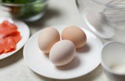 Primo piano delle uova sul piatto Immagini Stock