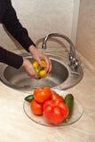 Primo piano delle verdure di lavaggio Fotografia Stock