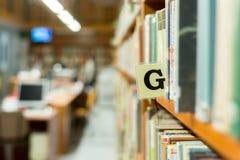 Primo piano dello scaffale per libri delle biblioteche con la lettera Immagini Stock Libere da Diritti
