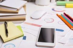 Primo piano dello smartphone nel luogo di lavoro Fotografia Stock