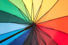 Primo piano dentro di un ombrello dell'arcobaleno fotografie stock libere da diritti
