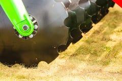 Primo piano dettagliato del macchinario agricolo dell'erpice di disco Immagine Stock