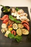 Primo piano di aglio e delle verdure pronti Immagini Stock