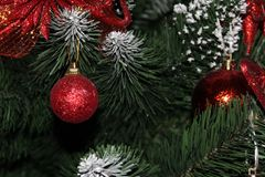 Primo piano di alcuni ornamenti dell'rosso-oro immagine stock