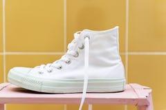 Primo piano di alta scarpa da tennis superiore bianca Fotografia Stock Libera da Diritti