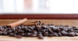 Primo piano di anice stellato, baccelli fragranti freschi della vaniglia, bastoni e chicchi di caffè di cannella, ingredienti di  fotografia stock libera da diritti