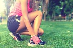 Primo piano di attivo che pareggia corridore femminile, preparante le scarpe Fotografia Stock Libera da Diritti