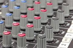 Primo piano di audio sezione comandi mescolantesi. Fotografia Stock