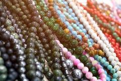 Primo piano di bella collana delle perle dalle pietre colorate con il bea Immagine Stock Libera da Diritti