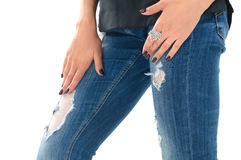Primo piano di bella donna che indossa anello d'argento alla moda a Fotografia Stock