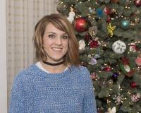 Primo piano di bella donna di 43 anni davanti ad un albero di Natale Immagine Stock Libera da Diritti