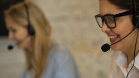 Primo piano di bella donna di servizio di cliente professionale video d archivio