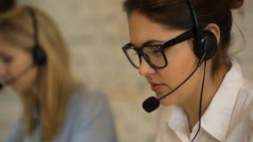 Primo piano di bella donna di servizio di cliente professionale archivi video