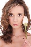 Primo piano di bella ragazza con il fiore di rosa di bianco Fotografia Stock