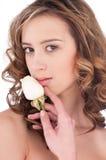 Primo piano di bella ragazza con il fiore di rosa di bianco Fotografie Stock Libere da Diritti