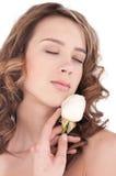 Primo piano di bella ragazza con il fiore di rosa di bianco Fotografie Stock