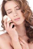 Primo piano di bella ragazza con il fiore di rosa di bianco Immagine Stock