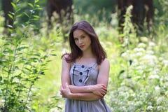 Primo piano di bella ragazza in vestito e capelli lunghi Fotografie Stock Libere da Diritti