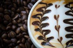 Primo piano di bella tazza di arte del latte Fotografie Stock Libere da Diritti