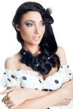 Primo piano di bello brunette con la h alla moda Fotografie Stock Libere da Diritti