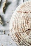 Primo piano di bello pane dell'artigiano del grano intero Fotografia Stock