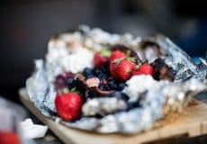 Primo piano di Berry Dessert In Aluminum Foil Fotografia Stock
