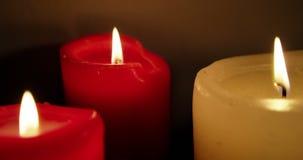 Primo piano di bruciatura delle candele stock footage