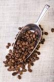 Primo piano di caffè nero arrostito in fagioli Fotografia Stock