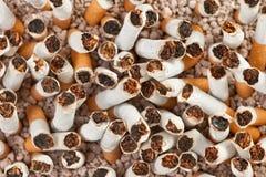 Primo piano di caos delle sigarette Fotografia Stock