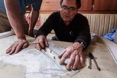 Primo piano di capitano che traccia percorso per la vela nella baia Fotografie Stock
