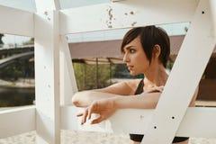 Primo piano di castana con breve taglio di capelli vicino al sedile di pallavolo Fotografie Stock