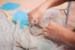 Primo piano di children& x27; creare delle mani di s Fotografia Stock Libera da Diritti