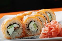 Primo piano di color salmone cremoso dei sushi Fotografia Stock Libera da Diritti