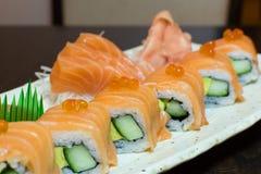 Primo piano di color salmone dei sushi Immagini Stock