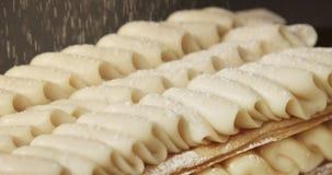 Primo piano di crema della copertura del dolce della pasta sfoglia dalla polvere shugar archivi video