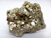 Primo piano di cristallo della pirite, minerale del solfuro fotografie stock libere da diritti