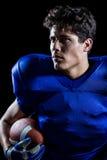 Primo piano di distogliere lo sguardo sicuro del giocatore di football americano Fotografie Stock Libere da Diritti