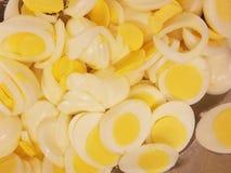 Primo piano di dozzine di uova affettate per i panini dell'insalata dell'uovo al ristorante dei poveri, alimentanti l'affamato immagini stock