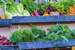 Primo piano di esposizione di verdure al mercato degli agricoltori Fotografie Stock Libere da Diritti