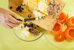 Primo piano di fabbricazione della materia per l'insalata del pomodoro di farci Fotografia Stock Libera da Diritti