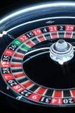 Primo piano di filatura della ruota di roulette del casinò elettronico Immagine Stock