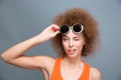 Primo piano di giovane bello modello sbattente le palpebre in occhiali da sole verdi Fotografia Stock
