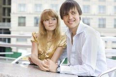 Primo piano di giovane coppia che si siede in caffè Immagine Stock